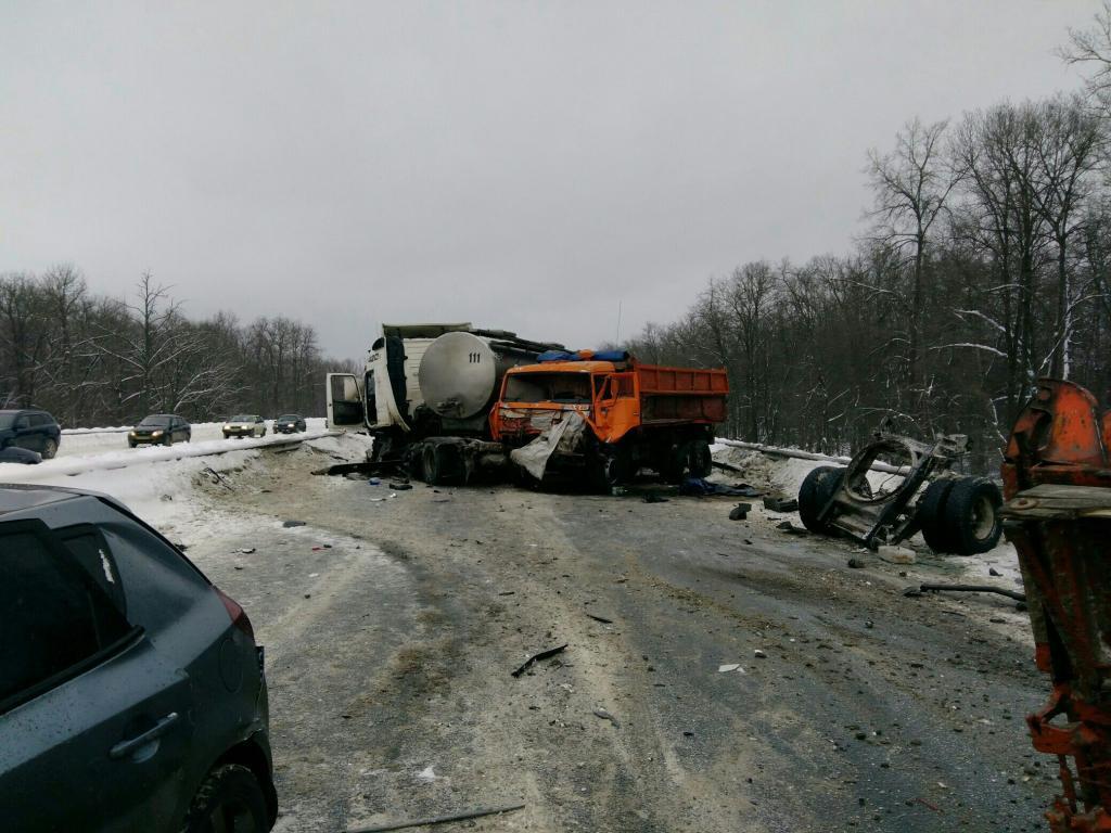 Пострадавшего вДТП наМ5 водителя КамАЗа изкабины доставали спастели