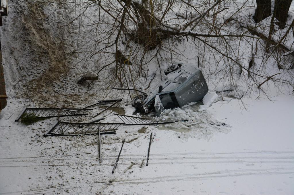 ВТерновке джип снес ограждения иупал смоста