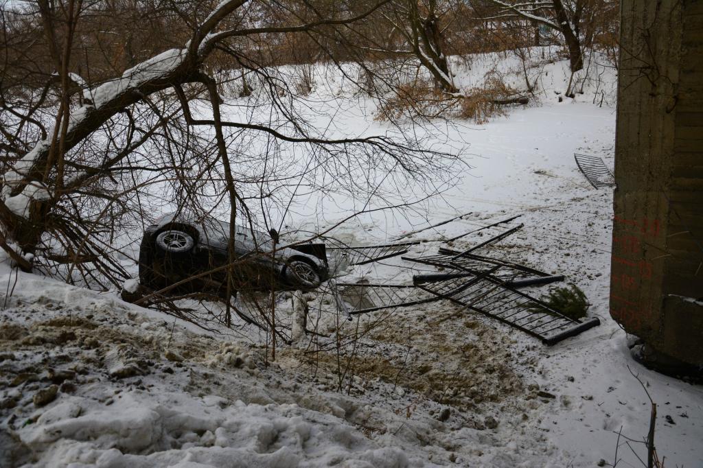 Вседорожный автомобиль снес 4 пролета моста ирухнул вреку вПензе