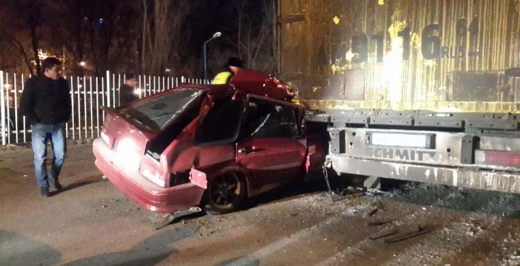 Вночной трагедии умер пассажир «ВАЗ-2114», еще двое отправлены вмедучереждение