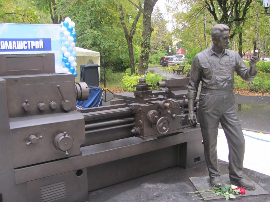 ВПензе торжественно открыли монумент токарю